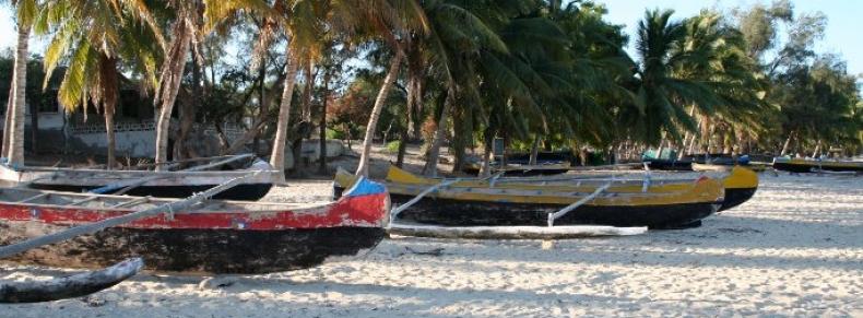 Des pirogues traditionnelles sur la plage, Ifaty