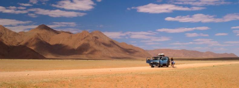 Voyageur dans le désert namibien