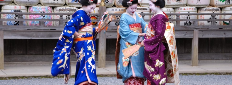 Japon - Maiko près d'un temple