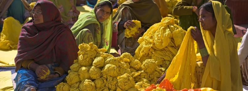 Dyers fonctionnant à l'usine extérieure dans Agra,Inde